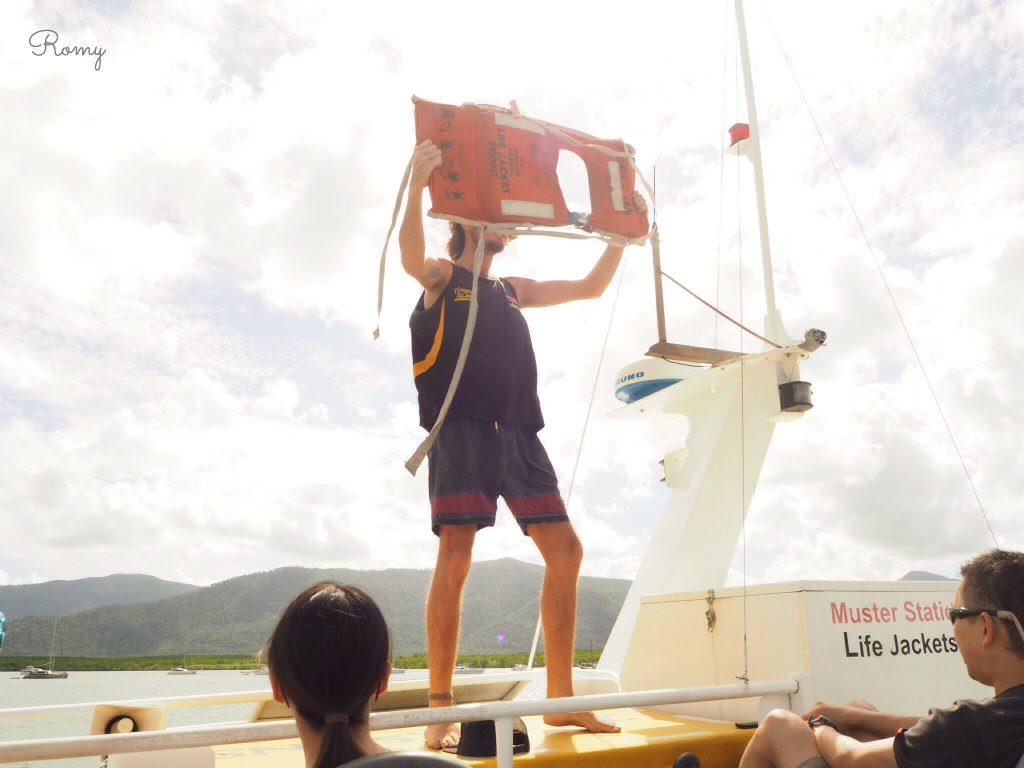ケアンズ・フィッツロイ島に向かう船