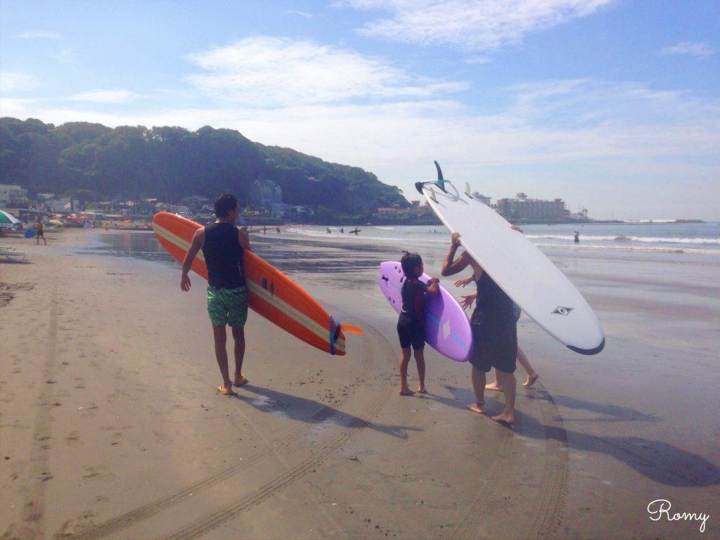朝の鎌倉・材木座海岸でサーフィン