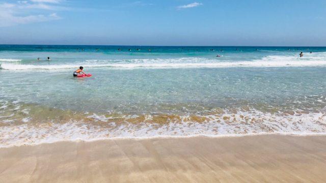白浜大浜海水浴場でサーフィン
