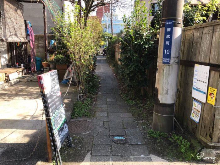 鎌倉駅西口の御成通りの路地裏