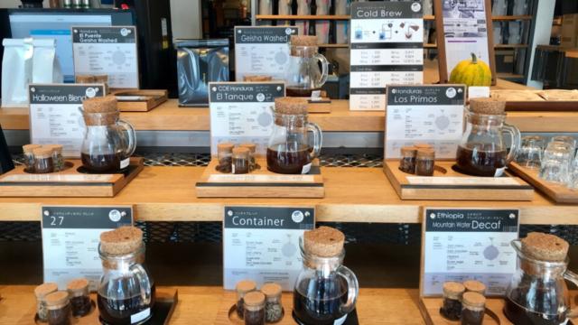 店内とコーヒー豆