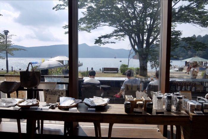 1階から見える芦ノ湖と足湯スペース