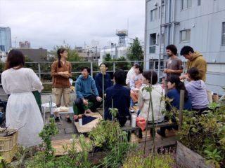 ソーヤー海くんのアーバンパーマカルチャー講座最終日。屋上ガーデンで植物の観察や収穫を